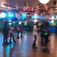 รูปภาพถ่ายที่ Skateville Family Rollerskating Center โดย Wellington S. เมื่อ 3/19/2017