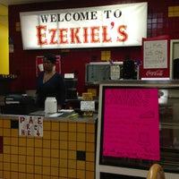 รูปภาพถ่ายที่ Ezekiel's Restaurant โดย Gary H. เมื่อ 10/13/2012