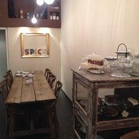 Foto tirada no(a) Spice Café por Joan P. em 11/30/2013