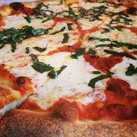 Снимок сделан в MamaDellas N.Y. City Pizzeria пользователем Brenton D. 12/31/2014