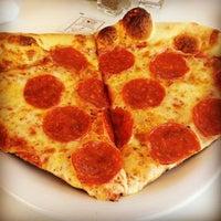 Снимок сделан в MamaDellas N.Y. City Pizzeria пользователем Brenton D. 3/25/2014