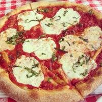 Снимок сделан в MamaDellas N.Y. City Pizzeria пользователем Brenton D. 7/15/2013
