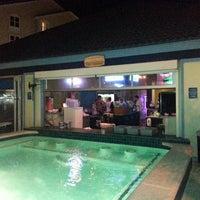 Das Foto wurde bei The Float Pool And Patio Bar von Jp A. am 7/9/2013 aufgenommen