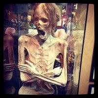 10/22/2012 tarihinde Pedro A.ziyaretçi tarafından Ye Olde Curiosity Shop'de çekilen fotoğraf