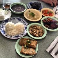 Foto tomada en Helena's Hawaiian Food por Scott B. el 3/12/2013