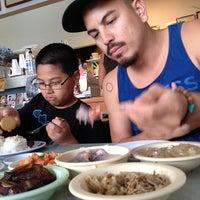 Foto tomada en Helena's Hawaiian Food por Scott B. el 4/19/2013