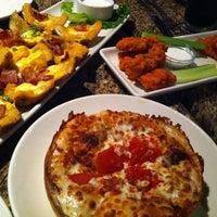 Foto scattata a BJ's Restaurant & Brewhouse da bOn il 10/5/2011