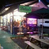 Foto tomada en Delia's Chicken Sausage Stand por Vince H. el 7/8/2011