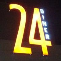 Photo prise au 24 Diner par Rachel M. le10/28/2011