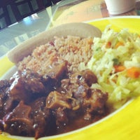 Photo prise au Island Breeze Jamaican Cuisine par Ashley D. le4/10/2012