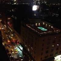 Foto tomada en Plunge Rooftop Bar & Lounge por Sapphire S. el 8/15/2012