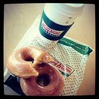 Das Foto wurde bei Krispy Kreme Doughnuts von Fernando L. am 9/12/2012 aufgenommen