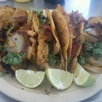 Foto tomada en Tacos de Barbacoa El Amigo por Remy M. el 7/28/2012