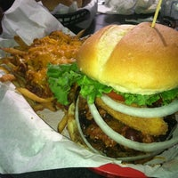 Photo prise au Sinful Burger Sports Grill par C G. le6/24/2012
