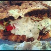 5/7/2012 tarihinde Chelle .ziyaretçi tarafından Taïm Mobile Falafel & Smoothie Truck'de çekilen fotoğraf