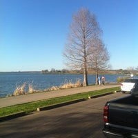 Foto tirada no(a) White Rock Lake Bike & Hiking Trail por Wina 💟 W. em 3/4/2012