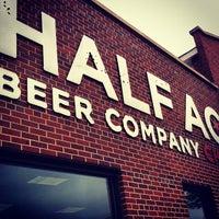 รูปภาพถ่ายที่ Half Acre Beer Company โดย Brian J. เมื่อ 4/7/2012