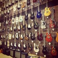 Foto scattata a Cosmo Music - The Musical Instrument Superstore! da Nate K. il 4/22/2012