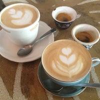 Photo prise au Double Trouble Caffeine & Cocktails par Yelin S. le5/13/2012