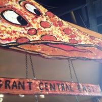 Foto tomada en Grant Central Pizza por Carlton M. el 6/8/2012