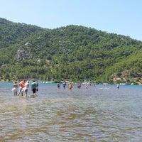 รูปภาพถ่ายที่ Kız Kumu Plajı โดย Pelin E. เมื่อ 7/2/2013