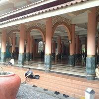 Foto diambil di Masjid Kampus UGM oleh Budhie C. pada 4/27/2013