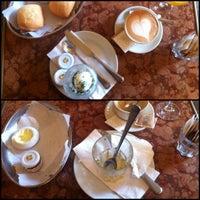 Das Foto wurde bei Café Einstein Stammhaus von Fiona S. am 10/4/2012 aufgenommen