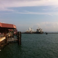 Foto diambil di Pulau Bukom Ferry Jetty oleh Sandi P. pada 8/22/2014