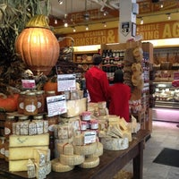 Foto tomada en Murray's Cheese por Simone M. el 11/12/2012