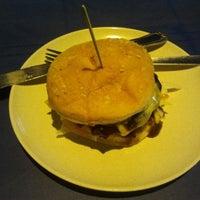 Foto scattata a p-e burger da Faizol S. il 1/22/2014