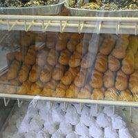 Foto tirada no(a) Pan Hellenic Pastry Shop por Candice K. em 7/4/2013