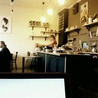 Foto tirada no(a) Moment Cafe por Martin T. em 4/16/2013