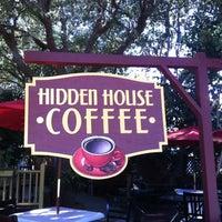 รูปภาพถ่ายที่ Hidden House Coffee โดย Brittany P. เมื่อ 11/24/2012