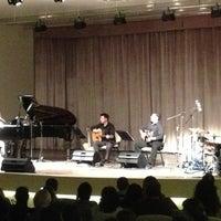 Das Foto wurde bei Bostanlı Suat Taşer Açıkhava Tiyatrosu von Ece am 5/29/2013 aufgenommen