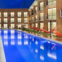 Foto tirada no(a) Bessa Beach Hotel por Luis J. em 12/8/2014