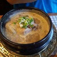 Foto tirada no(a) 고려삼계탕 Korean Ginseng Chicken Soup & Bibimbap por Richard J. em 6/2/2013