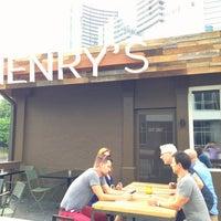 Foto scattata a Henry's Midtown Tavern da Toby P. il 6/8/2013