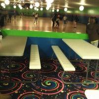 รูปภาพถ่ายที่ Skateville Family Rollerskating Center โดย Eric W. เมื่อ 3/2/2013
