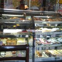 Das Foto wurde bei One Cup Two Cupcakes von Sh A. am 11/10/2012 aufgenommen