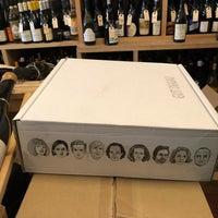 Das Foto wurde bei Henry's Wine and Spirit von Emily W. am 11/18/2018 aufgenommen