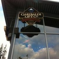 Foto tomada en (GLC) Garibaldi Lift Co. Bar & Grill por Scott C. el 1/4/2013