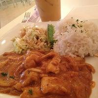 รูปภาพถ่ายที่ Yumm Thai : Sushi and Beyond โดย Tram N. เมื่อ 12/20/2012