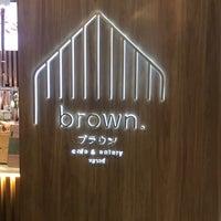 Foto scattata a Brown Café da BeBirdNokk 🌸🤞🏻 il 10/28/2018