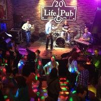 Foto diambil di Life Pub oleh Lesya pada 4/5/2013