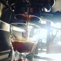 6/22/2016 tarihinde Marta S.ziyaretçi tarafından Noble Coyote Coffee Roasters'de çekilen fotoğraf