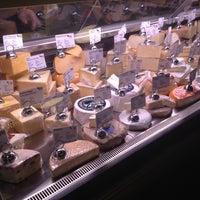 Das Foto wurde bei C'est Cheese von Kristy B. am 12/1/2012 aufgenommen