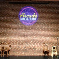 รูปภาพถ่ายที่ Arcade Comedy Theater โดย John M. เมื่อ 7/15/2013