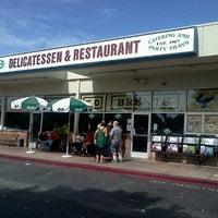 10/6/2012 tarihinde Rick L.ziyaretçi tarafından Brent's Deli'de çekilen fotoğraf