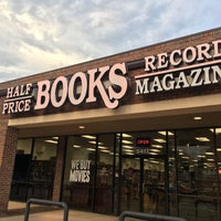Foto tirada no(a) Half Price Books por David R. em 9/16/2018