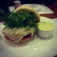 Foto tirada no(a) Royal Burger por Danielle Q. em 10/26/2012